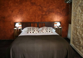 Dormitorio con cama marrón