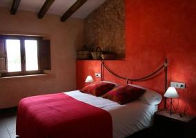 Dormitorio rojo con gran cama