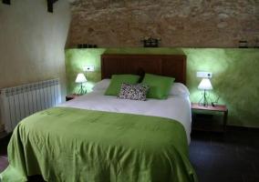 Dormitorio verde con cama de matrimonio