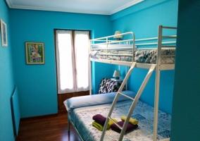 Dormitorio con litera en tonos azules