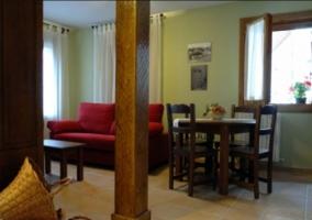 Sala de estar con mueble de madera y televisor