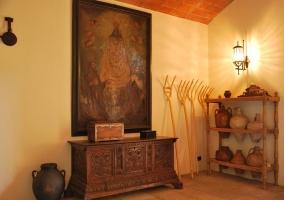 Recibidor de la casa rural catalana con techo de ladrillo