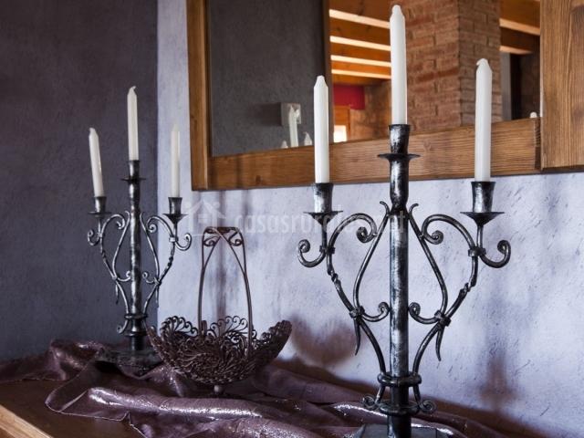 Detalle de candelabros de metal frete al espejo