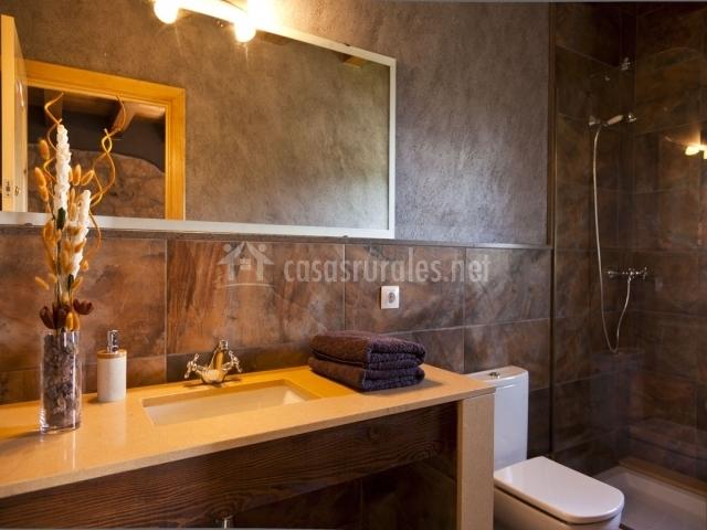 Baño con ducha y mueble de baño