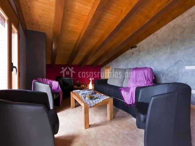 Sala con sillones y sofá abohardillada