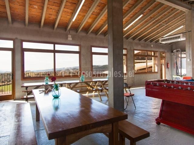 Mesas, billar vistas al campo y vigas en el techo