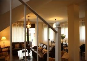Sala de estar elegante con mesa de comedor