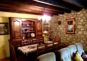 Sala de estar y chimenea frente a los sillones