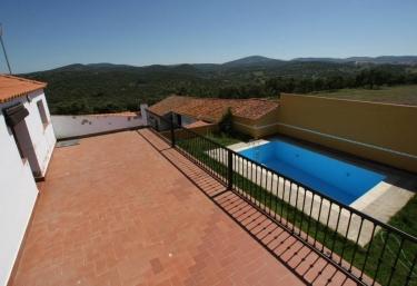 Casas rurales con piscina en monesterio for Casas rurales en badajoz con piscina