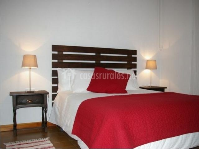 Habitación con cama roja