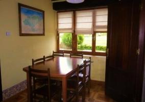 Cocina y sala de estar junto al comedor con sillas