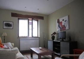 Salón con sofá y mueble
