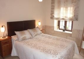 Dormitorio con cama doble y vistas de la casa rural