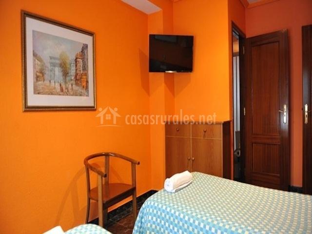 Apartamento tur stico del gato en azagra navarra for Dormitorio naranja