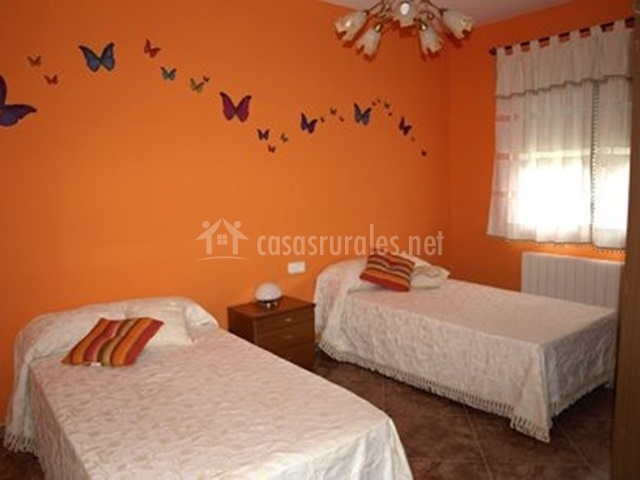 Casa rural do a jimena en el robledo ciudad real for Dormitorio naranja