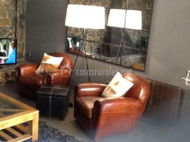 Dos sillones marrones y lámpara