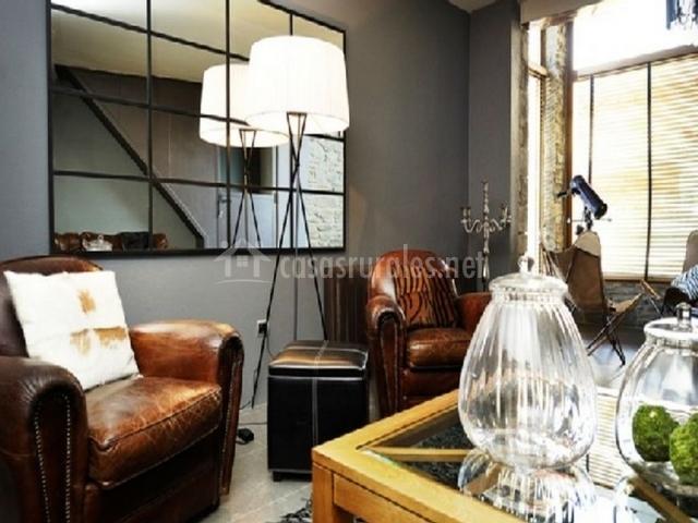 Dos sillones, lámpara y espejo