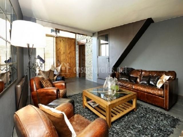 Sofá y sillones marrones