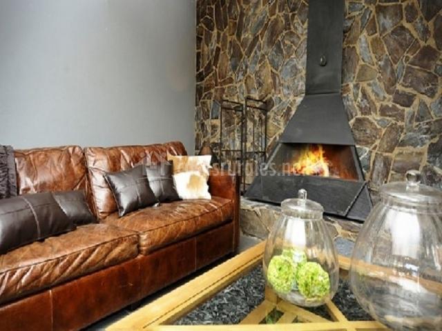 Sofá marrón y chimenea