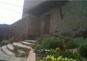 Entrada desde el patio exterior de El Montaraz de Gema