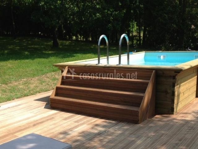 Acceso a la zona de piscina de temporada
