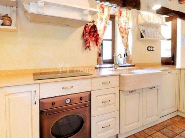Cocina completa con color blanco en los armarios