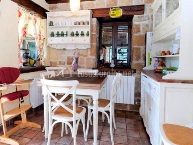 Cocina de la casa con mesa de superficie en madera