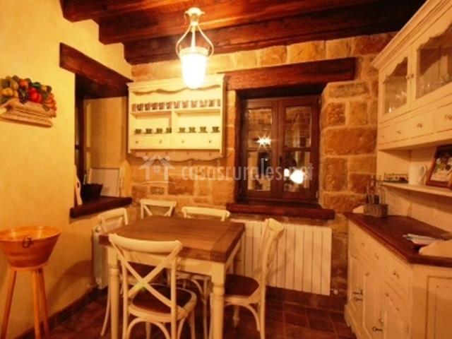 Cocina tradicional en piedra y mesa de madera