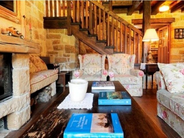 Sala de estar agradable con chimenea