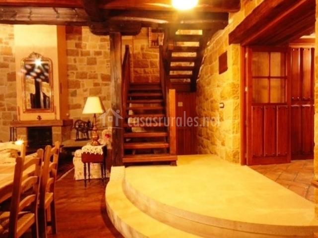 Sala de estar con chimenea a doble altura