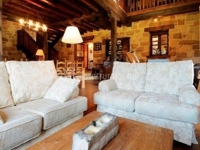 Sala de estar con sillones tapizados en tonos blancos