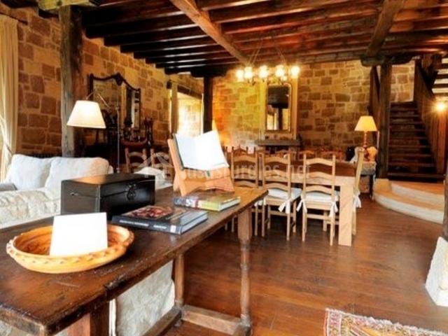 Sala de estar con suelos de madera y alfombra