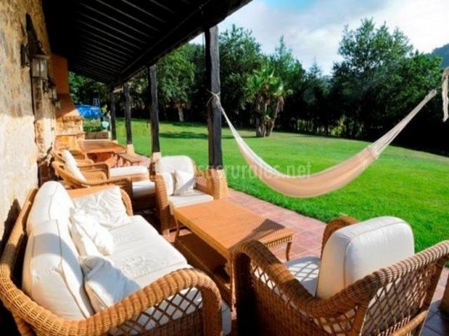 Vistas del porche con muebles de cojines blancos