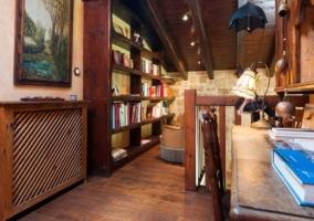 Biblioteca con escritorio de madera