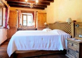 Dormitorio de matrimonio en la planta baja con suelo de madera
