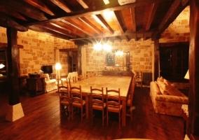 Sala de estar y vistas del comedor con mesa en el centro