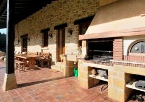 Vistas del porche con la barbacoa y el horno tradicional
