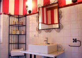 Baño con mueble y toallas