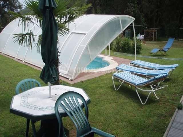 Mariona en romanya de la selva girona for Mobiliario piscina