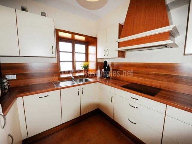 Finca el paso ii en la orotava tenerife for Acabados de muebles de cocina