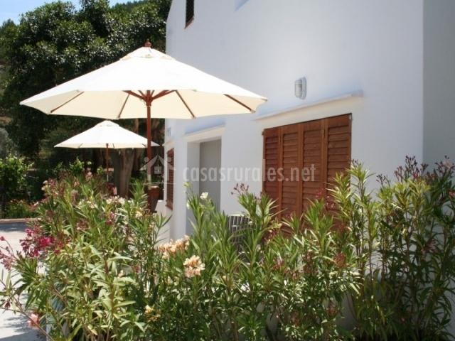 Agroturismo ca sa vilda marge en sant joan de labritja ibiza for Sombrillas terraza