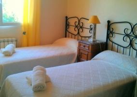 Dormitorio doble en blanco con detalles amarillos