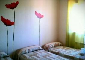Dormitorio triple de la casa con vinilos