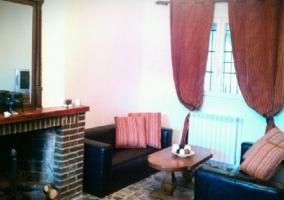 Sala de estar con sillones y chimenea