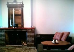 Sala de estar y comedor con chimenea y leña