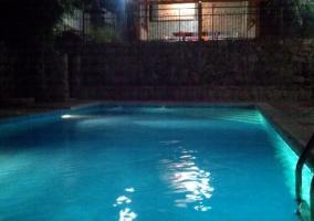 Vistas de la piscina de noche