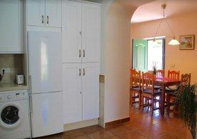 Cocina con armarios en color blanco