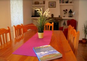 Comedor con mesa de madera y mantel