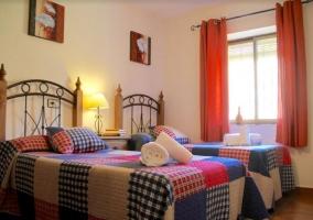 Dormitorio doble en rojos y azules