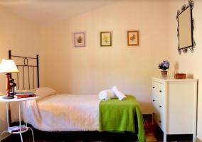 Dormitorio en blanco y verde